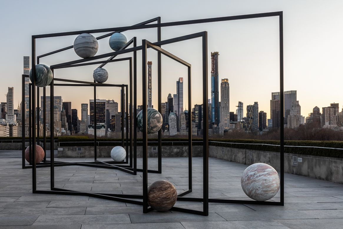 Alicja Kwade, The Roof Garden Commission: Alicja Kwade, ParaPivot. Installation view, The Metropolitan Museum of Art, 2019, Foto: © Hyla Skopitz